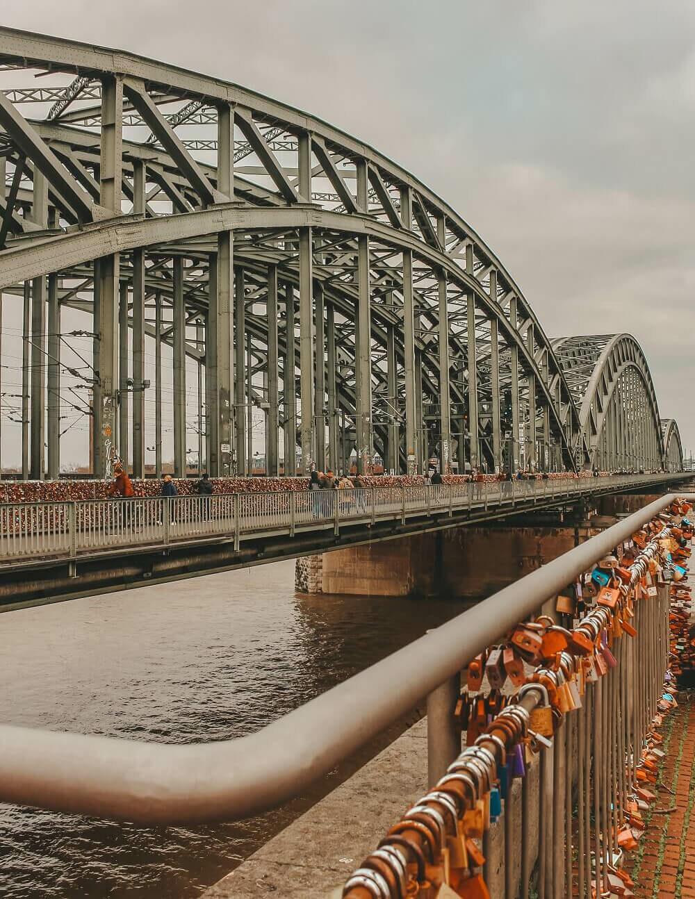 Ponte di Hohenzollern - lucchetti innamorati