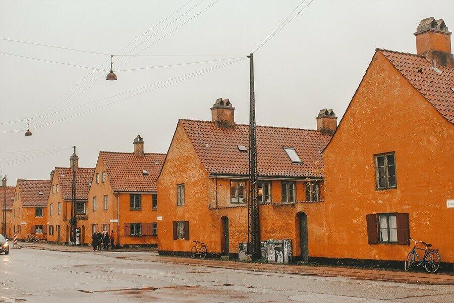 Cosa vedere a Copenaghen in un giorno | Quartier Nyboder casette arancioni